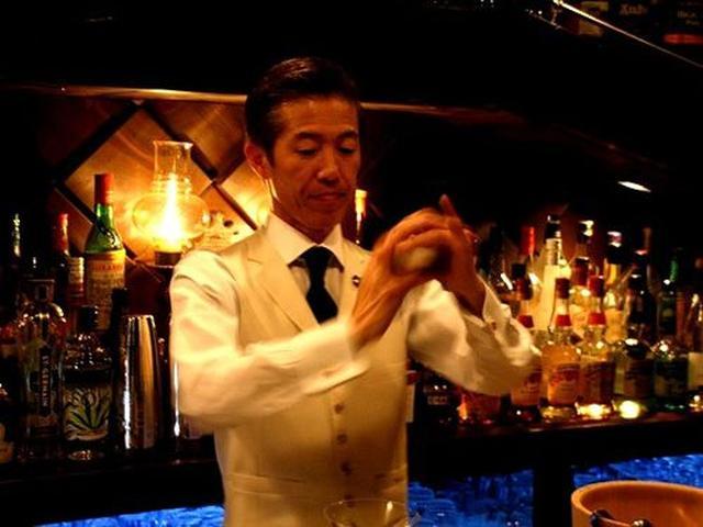 画像: 洋服関係のお仕事をなさった後に、Barの世界へと入った鴻野さん。アジアのカクテルチャンピオンシップで優勝した実力の持ち主。