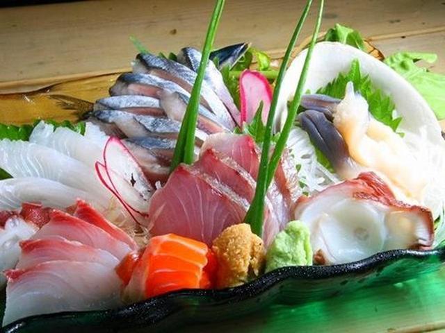 画像: お刺身も各種あり。その時により旬の海産物を提供。今回は銀ガレイ、サンマ、ボラ、天然のわらさ、北寄貝、サーモンなど。