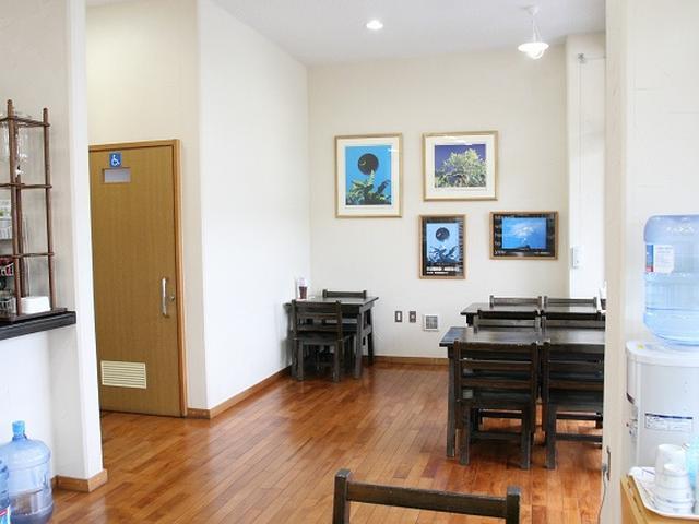 画像: 「福屋」の一画にあるのが「カフェ ガジュマル」。ブラウンのテーブル&チェアが並ぶ、ちょっとしたイートインスペースです。