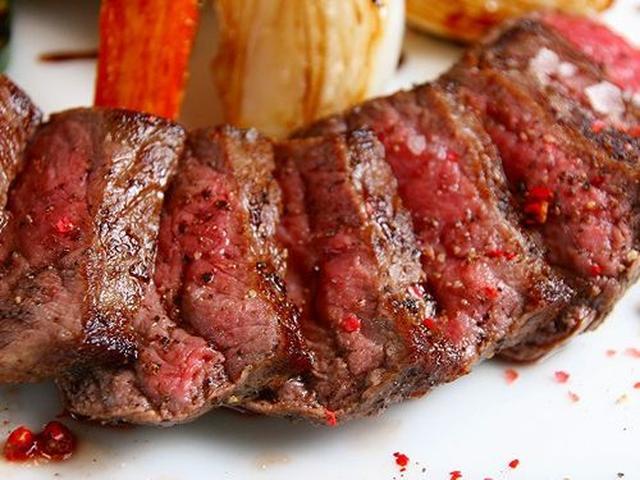 画像: 「宮古牛ステーキ」。内モモを使用したステーキは、肉の旨みと柔らかさがたまりません。