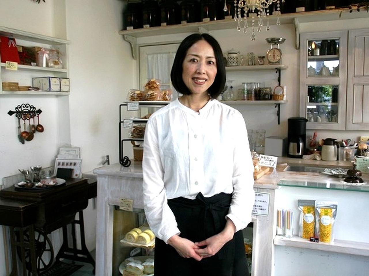 画像: 店主の今野佳子さん。フランスにあるホテルリッツが経営する製菓学校へ通い、帰国して平成12年(2000年)にCafeを始めました。