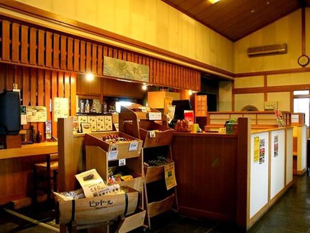 画像: 店内はカウンターもあり、ひとりでも気軽に寄れる雰囲気。もちろんテーブル席や個室や大広間などもあり、幅広く利用できます。