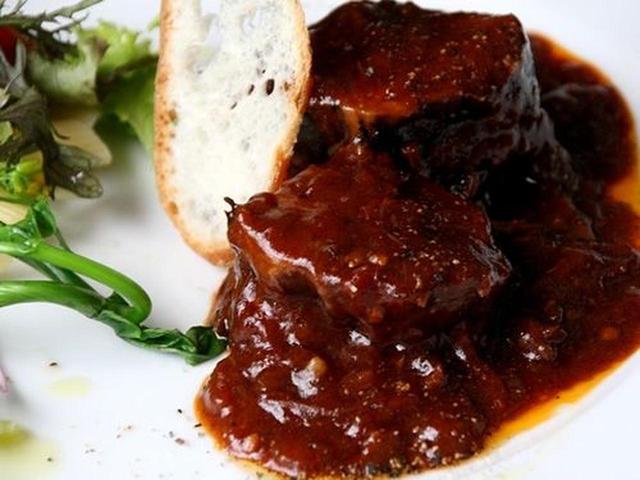 画像: 写真は肉バージョンの「ポークの煮込みシチリア風ショートパスタ添え」のタイプ。ちなみにチキンのタイプもあります。