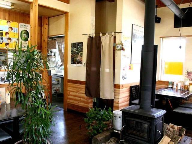 画像: もともとは平成元年に富沢でオープンし、こちらへ移転してきたというわけ。店内には薪ストーブが。空気が柔らかいのだとか。
