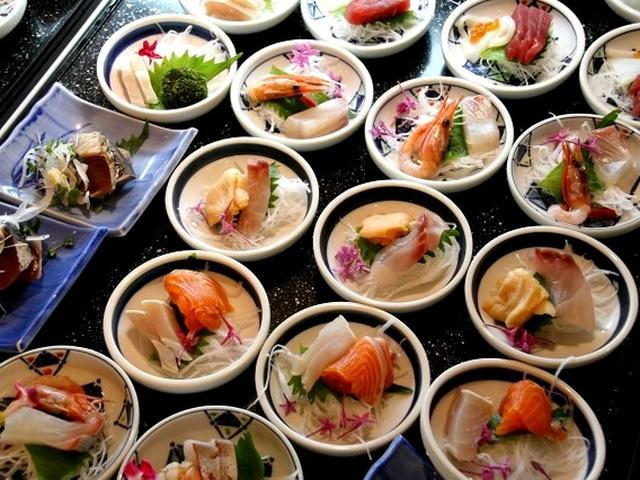 画像: 前菜・お造り・煮物・焼物・サラダなどの定番料理から、季節限定(生しらす・桜えび・筍など)の地域食材を使った旬の料理まで。
