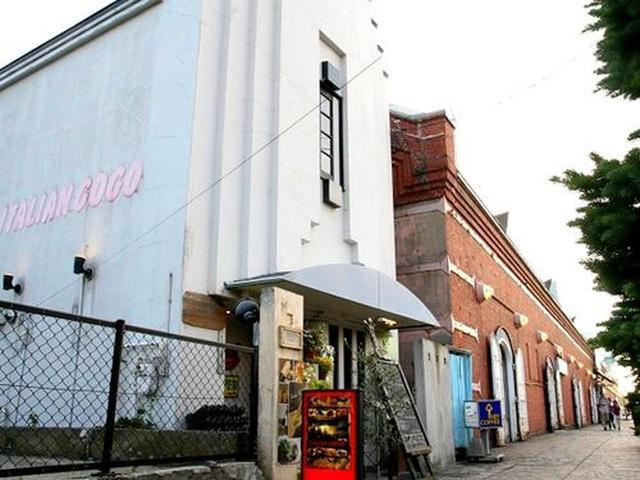 画像: 函館の観光地として名を馳せる、金森赤レンガ倉庫。その通りを挟んだ向かいにあるトラットリア「ITALIAN GOGO」。