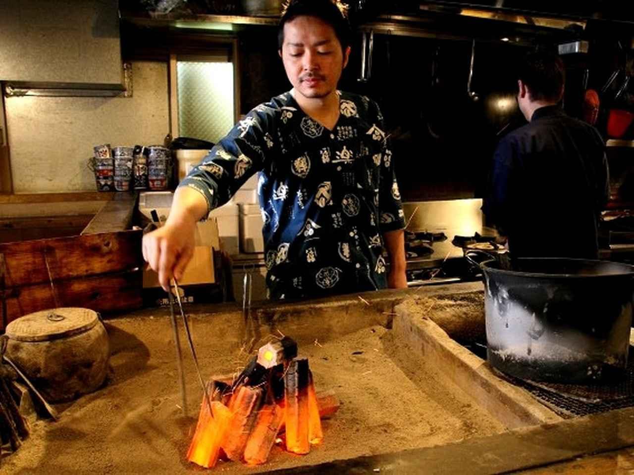 画像: 一番のウリは、囲炉裏焼きです。備長炭を用いて、遠火の強火という昔ながらのスタイルで20~30分かけて焼き上げます。