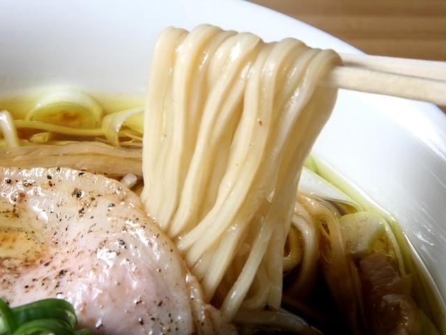 画像: 麺もしなやかな細めのストレートタイプ。石川製麺に特注で、春よ恋、きたほなみをブレンドした「そらみちスペシャル」麺。