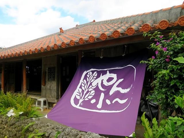 画像: 場所は仲泊で、案外と街中にありますが、目のあたりにした瞬間、昭和の趣きが一気に広がる家屋。築70年以上!
