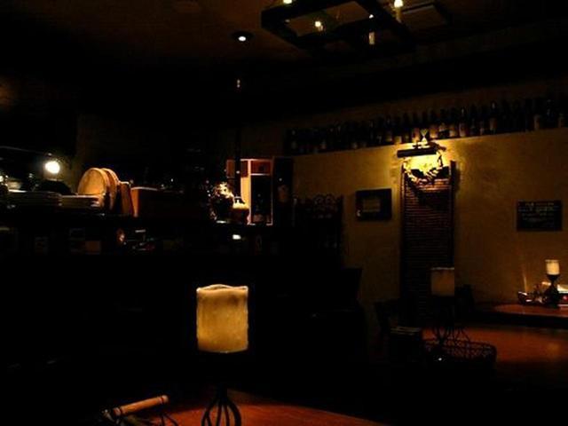 画像: 店内は照明を落とした、いわば大人の空間です。ワインも常時100種類以上あるそうで、袴田さんのこだわりが息づいています。