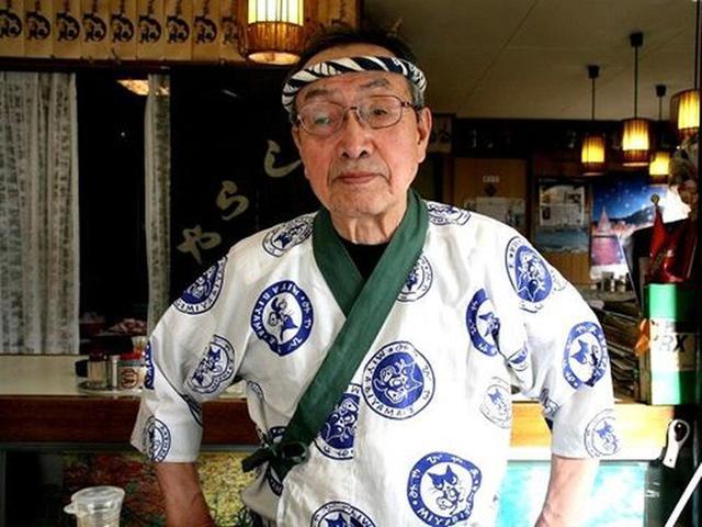 画像: ご主人の荒井賢治さんは、80歳とは思えぬしっかりとした出で立ち。やはり、ずっと一線で活躍なさっている方は違いますね。
