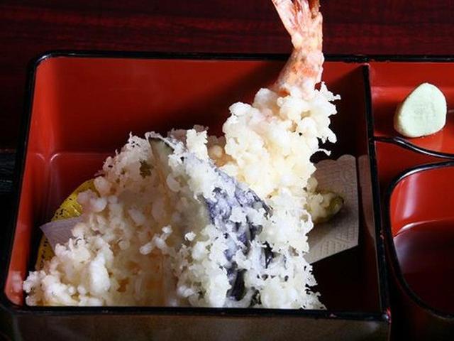 画像: えびや野菜の天ぷらも、王道の味わい。サクサクとした衣も素敵です。