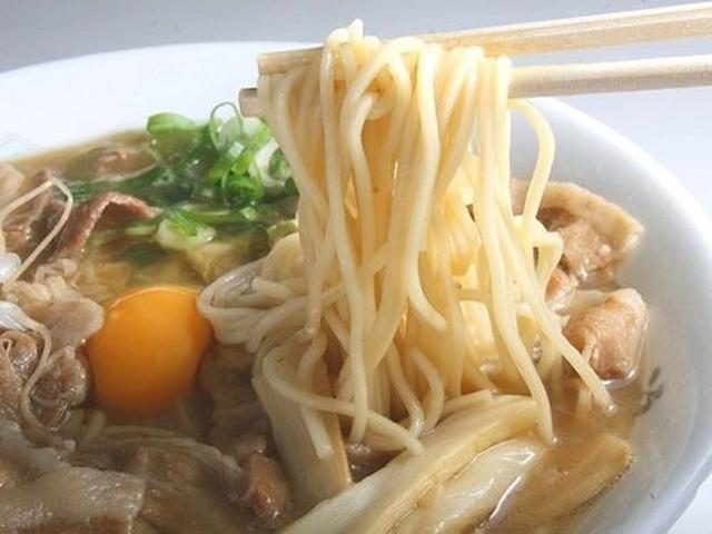 画像: まずは「月見そば(肉入)」。優しく甘辛く炊いた豚肉と、生卵のコクがスープと高相性。優しい甘さを携えた醤油味です。