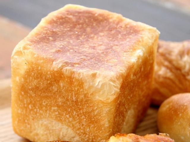 画像: 「クリームパン」。キューブ型のクリームパンって珍しいですね。ワークセンターの有精卵を使ったなめらかカスタードがなかに。