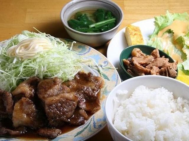 画像: 想像をはるかに超えたボリュームたっぷりの「和牛カルビー焼肉定食」。「北海道産和牛です」と、春日さん。