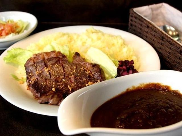 画像: 「宮崎黒毛和牛ステーキカレー」。上品な脂のサシが入った黒毛和牛ステーキが、なんと150gも載っていて1,800円はお得です。