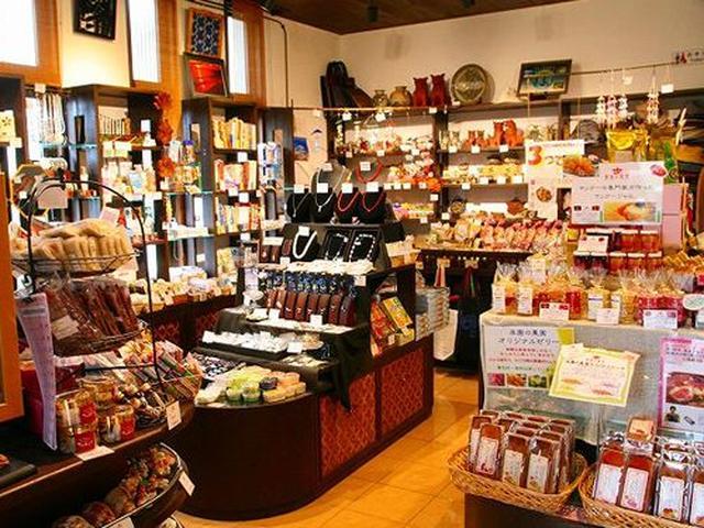 画像: 店内には雑貨やマンゴーゼリーなどのおみやげも数多く取り扱っています。