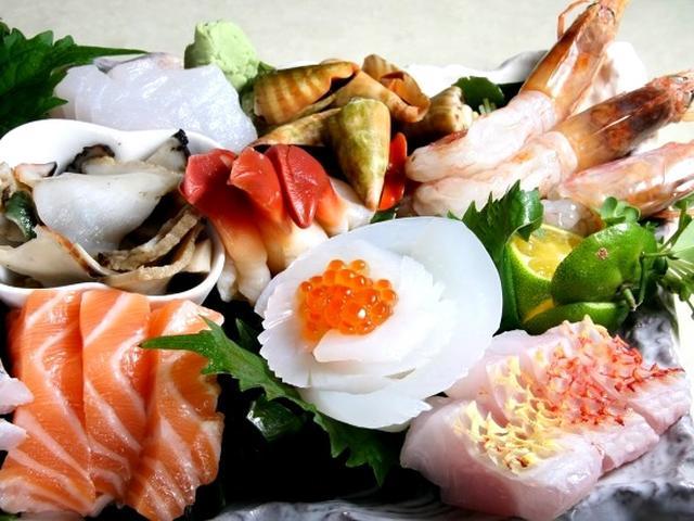 画像: 「刺身盛り合わせ」。生のメバチマグロのほか、シルユー(シロダイ)や夜光貝も。ウニやサーモンは、北海道などから。