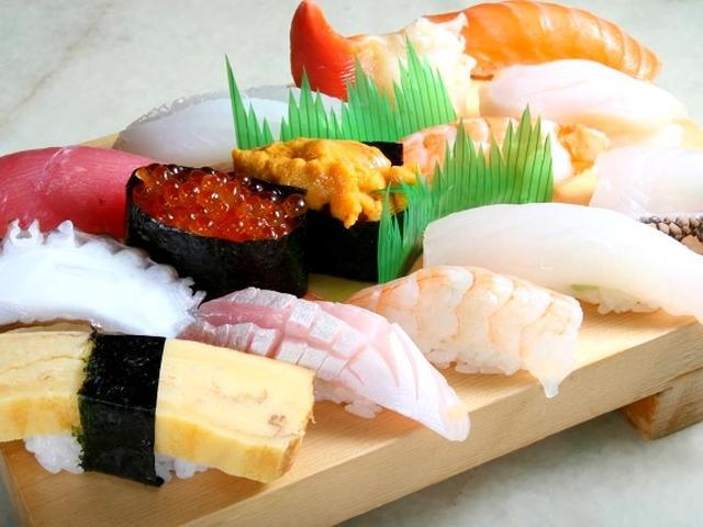 画像: 「特上にぎり盛り合わせ」。江戸前ですね。赤エビやミーバイ、シルユーなどが並ぶのが沖縄!