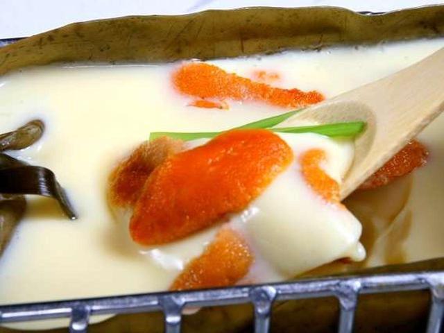 画像: 「八千代本店」では、コースの他にも様々な名物料理があります。雲丹舟昆布茶碗蒸しは、昆布で作られた舟型を利用した茶碗蒸し。