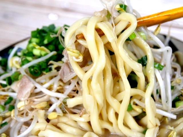 画像: 麺も、久米島の製麺所から仕入れています。むちむちっとした食感で、スープにももやしにも合いますね。