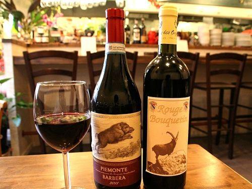 画像: アットホームなカウンター&テーブル席の店内で、まずはワインをいただきながら、料理が出てくるのを待ちます。