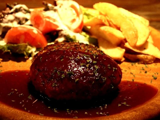画像: 「アシビハンバーグ」。ふっくらと焼き上がっていて、切るとなかから肉汁がジュワーっと。まさにジューシーな仕上がりです。