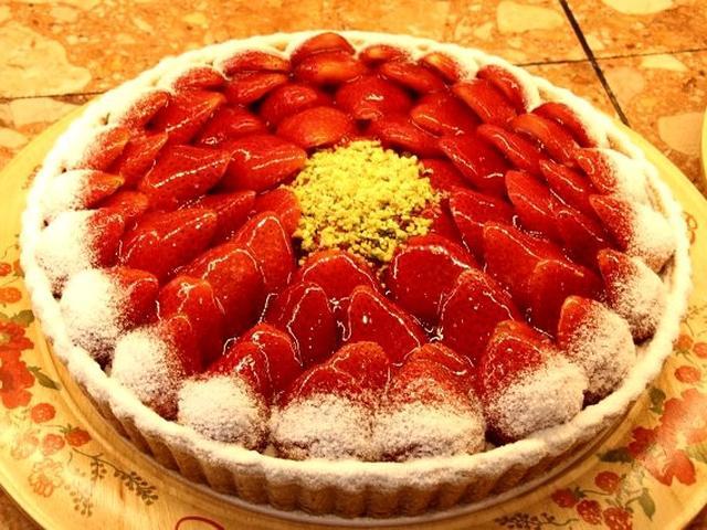 画像: 「イチゴのタルト」。甘酸っぱくジューシーなイチゴとカスタードクリーム、サクサクのパイの組み合わせはみんなが大好きな味。