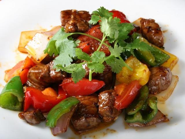 画像: 「牛ヒレ肉とカラフル炒め」。柔らかな牛ヒレ肉は焼肉テイスト。カラフルな赤、黄、緑のピーマン、玉ねぎの彩りと食感がGOOD!