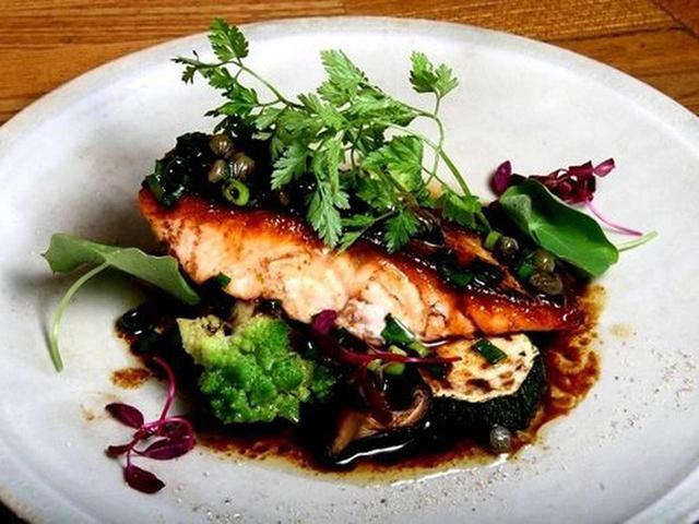 画像: 「時鮭のムニエル 焦がしバターソース」。 時鮭自体のふわりとした食感や優しい鮭の風味と、焦がしバターソースが一体化。
