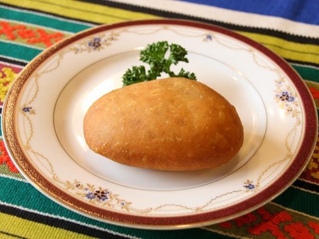 画像: 「ピロシキ」は、揚げたての香ばしさやサクサク感も相まって、何個も行けそうな味わい。