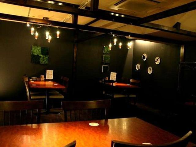 画像: 店内に入れば黒を基調とし、照明を絞った大人の雰囲気。カウンターと、ゆったりとしたテーブル席が広がっています。