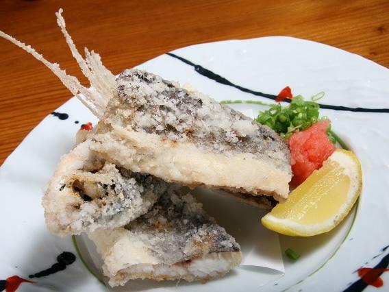 画像: 「飛魚の唐揚げ」は、食べ応えがありますね。サクサクとした外側と、グッと旨みの詰まった飛魚の風味がさすがです。