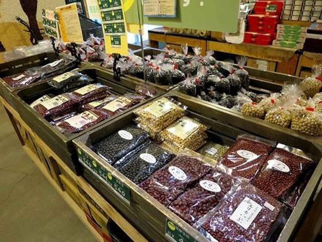 画像: また、十勝といえば、小豆が超有名。様々な種類の豆が販売されておりました。