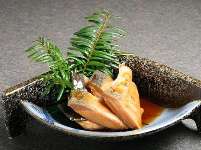 画像: 「焼き漬」。焼き鮭や鱒をタレに漬け込んだもの。甘めな仕上がりで後を引く美味しさ。