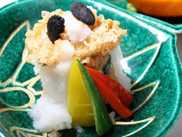 画像: 「二の彩(出世城ご当地料理)」は、家康公ゆかりの揚げ浸し。浜納豆の煎餅や家康公の好物の茄子の天婦羅など。出汁の風味も素敵。