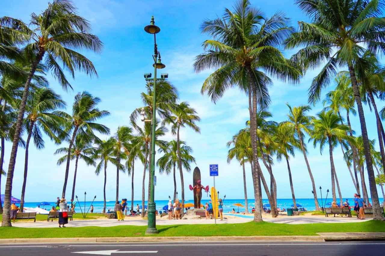 """画像2: 同じ美しい景色を見る体験を重ねる時間 """"近所のビーチを散歩"""""""