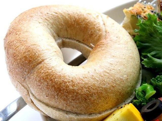 画像: プレーンベーグル。ホストハーベストの無い国産小麦粉(今日のは熊本)を使用して、水、天然酵母、塩のみで作ったシンプルな一品。