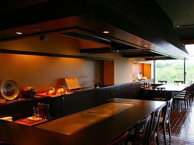 画像: レストラン内には寿司カウンターや鉄板コーナー、そしてダイニング。窓の外には広大な敷地と自然が広がっています。