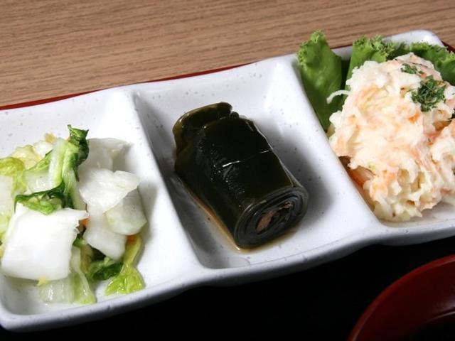 画像: 3種のおばんざいも添えられているのですが、1種類は地元の伝統料理を入れるこだわりぶり。今日は「こぶ巻き」。