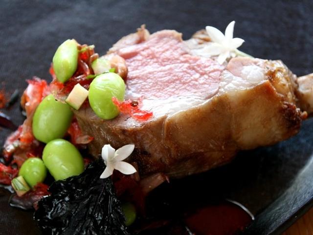 画像: 桜海老などをあしらった子羊のロースト。赤紫蘇の素揚げも合わせてありました。