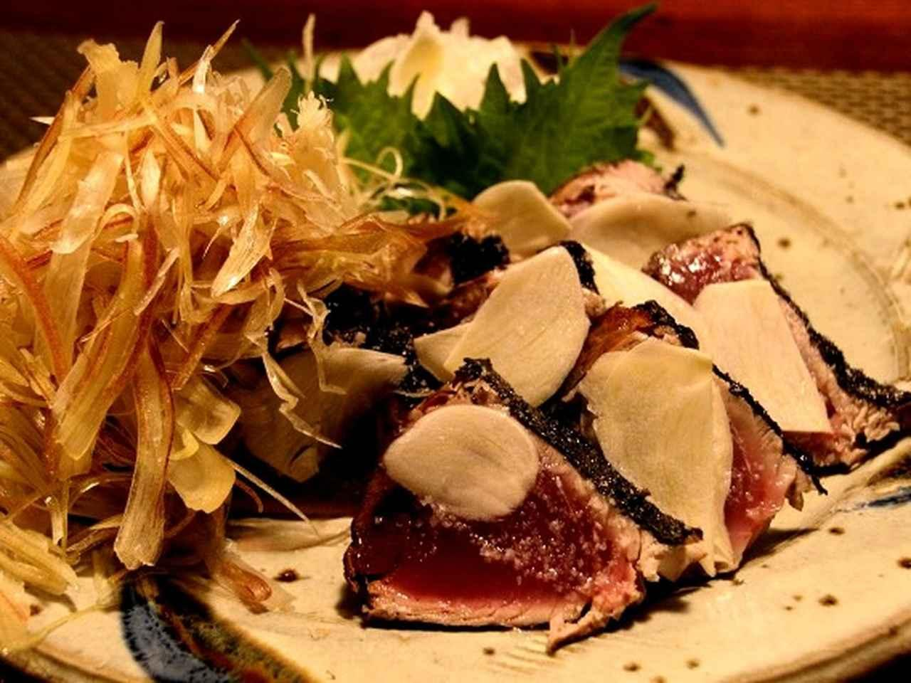 画像: 皮がパリパリ!適度な塩加減&にんにくスライスが合いますね。高知ではよく見かけますが、仙台の国分町で味わえるとは!