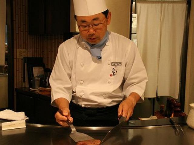 画像: オーナーシェフの西岡廣さん。「円を活かした造りだと、自分が動きやすいんですよ」と笑います。
