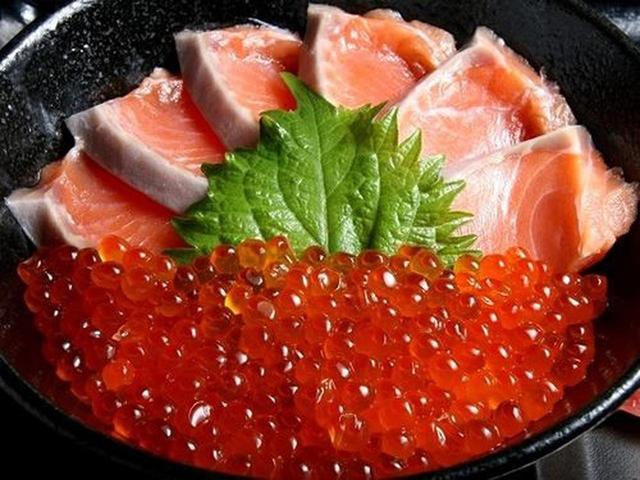 画像: 一番人気は「知床産一等検鮭の親子丼」。春の時鮭(時不知)、夏の樺太鱒、秋鮭など旬の鮭にこだわった親子丼です。