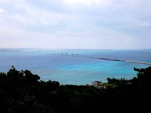 画像: 伊良部島は、周囲26.6kmで、約6,000人が暮らしている島。海も綺麗ですね。佐和田の浜、渡口の浜などが有名です。