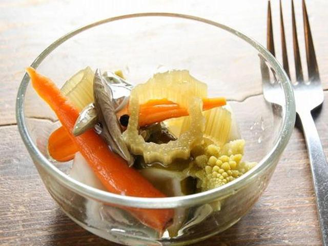 画像: 「自家製ピクルス」。じゅんさいとか、フキとかが入っていますね。珍しい。野菜ごとに別々に漬けて、最後に合わせるのだそう。