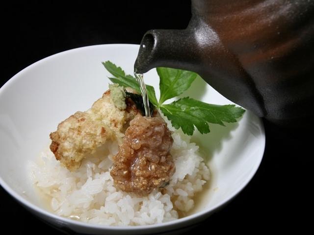 画像: 「三の彩(遠州灘からの贈り物)」は、遠州灘産鱧の双味黄金出汁茶漬け。鱧の山椒煮を天ぷらと胡麻油霜和えにし、出汁をかけて。
