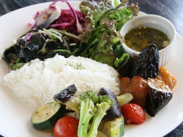 画像: こちらは、グリーンカレー、ハンダマとオイルサーディンのサラダ、茄子と絹あげの煮びたしなど。