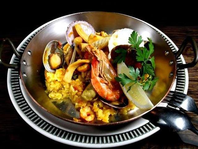画像: 「海鮮パエリア」。エビ、イカ、タコ、アサリ、ホタテ、カキなど海産物の旨味も一体化しています。彩りの美しさもいいですね!