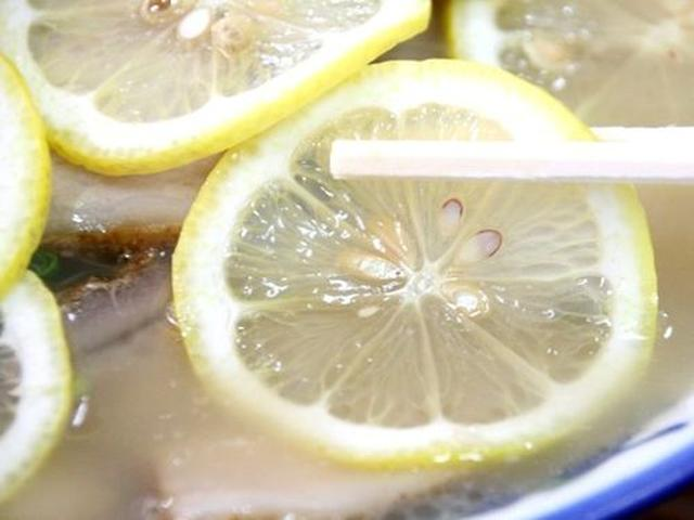 画像: 輪切りのレモンに覆い隠されていますが、大量のチャーシューも載っています。これがトロ肉チャーシュー的な味わいで、美味!